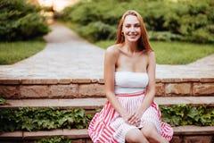 Jeune femme attirante appréciant son temps images libres de droits