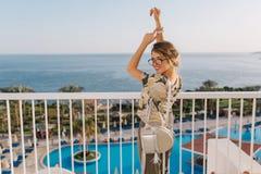 Jeune femme attirante, assez de touristes des vacances, vacances Appréciez la vue sur la mer, océan sur le balcon dans l'hôtel Be photo stock