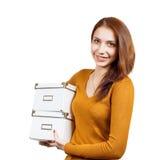 Jeune femme attirante avec des colis au-dessus de blanc Images stock