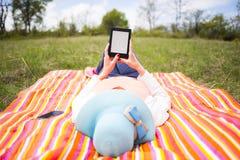 Jeune femme attirante avec l'eBook/comprimé images libres de droits