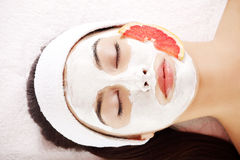 Jeune femme attirante avec le masque de fruit Images stock