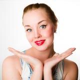 Jeune femme attirante avec les cheveux blonds et les lèvres rouges Image stock