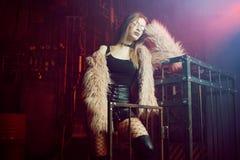 Jeune femme attirante avec les vêtements élégants Belle fille dans le manteau de fourrure rose pelucheux, fond de Cyberpunk Lampe Photo libre de droits