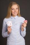 Jeune femme attirante avec quatre as et jetons de poker au-dessus de gris Photographie stock
