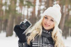 Jeune femme attirante avec un vieil appareil-photo photo libre de droits