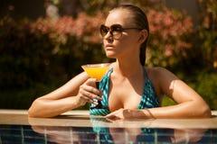 Jeune femme attirante ayant le bon temps dans la natation Photographie stock