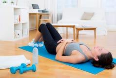 Jeune femme attirante ayant un repos après sport image stock
