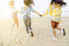 Jeune femme attirante courant sur la plage Réception Tir sur le mouvement Photos libres de droits