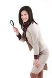 Jeune femme attirante d'affaires avec une loupe Image libre de droits