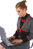Jeune femme attirante d'affaires s'asseyant sur la présidence et fonctionner de bar Images stock