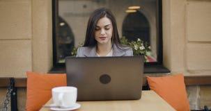 Jeune femme attirante d'affaires s'asseyant sur la pr?sidence et fonctionner de bar clips vidéos