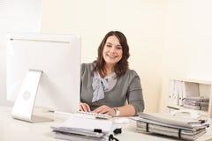 Jeune femme attirante d'affaires travaillant au bureau Photo libre de droits