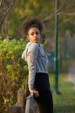 Jeune femme attirante d'exercice se reposant dehors Image libre de droits