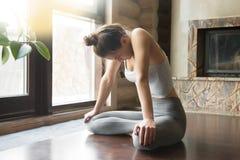 Jeune femme attirante dans la pose abdominale ascendante de serrure, maison inter Images stock