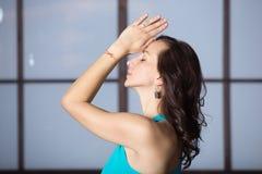 Jeune femme attirante dans la pose de yoga, pratique en matière de soirée de studio Photos libres de droits