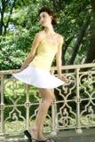 Jeune femme attirante dans le gilet et la jupe jaunes de blanc, P central Images libres de droits
