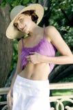 Jeune femme attirante dans le gilet, le chapeau du soleil et la jupe pourprés de blanc, photo libre de droits