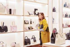 Jeune femme attirante dans le magasin de sacs images libres de droits