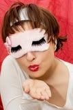 Jeune femme attirante dans le masque de sommeil envoyant le baiser Photos stock