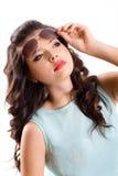 Jeune femme attirante de brune dans des lunettes de soleil photos stock
