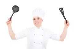 Jeune femme attirante de cuisinier dans l'uniforme avec l'OIN en plastique d'ustensiles Photographie stock