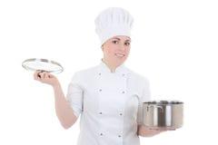 Jeune femme attirante de cuisinier dans l'uniforme avec la casserole d'isolement sur le petit morceau Photographie stock libre de droits