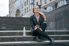 Jeune femme attirante de fille dans le repos de veste en cuir et de jeans Images libres de droits