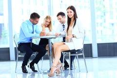 Jeune femme attirante de sourire d'affaires lors d'une réunion Image stock