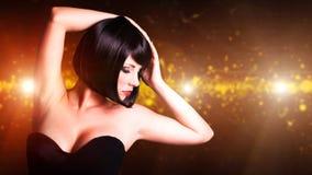Jeune femme attirante devant un fond de club Photos stock