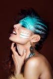 Jeune femme attirante en bijoux ethniques Fermez-vous vers le haut de la verticale Beau chaman de fille Portrait d'une femme avec Photographie stock libre de droits