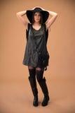 Jeune femme attirante en tissu de mode photos stock