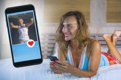 Jeune femme attirante et belle à la maison dans le lit utilisant l'interne Photo libre de droits
