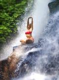 Jeune femme attirante et heureuse avec des cris tropicaux de dessous humides de pratique de courant de cascade de paradis de yoga photos libres de droits