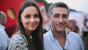 Jeune femme attirante et homme âgé souriant in camera Couples de datation Soirée d'été Portrait banque de vidéos