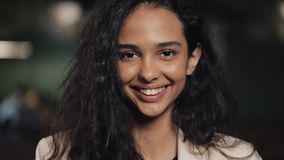 Jeune femme attirante examinant la sensation de sourire de caméra heureuse dans la fin confortable de café  clips vidéos