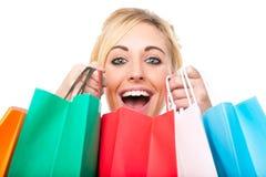 Jeune femme attirante excitée avec des achats Photo stock