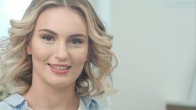 Jeune femme attirante heureuse parlant à l'appareil-photo Photo libre de droits
