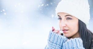 Jeune femme attirante l lèvres protectrices avec le baume à lèvres par temps neigeux et gelé photos stock