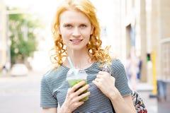 Jeune femme attirante marchant avec le mojito sans alcool Photographie stock libre de droits