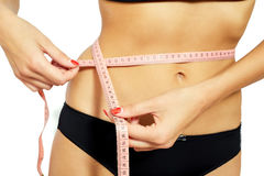 Jeune femme attirante mesurant ses hanches Photo stock