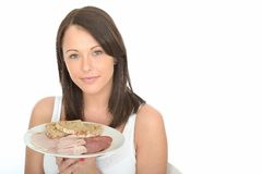 Jeune femme attirante naturelle heureuse en bonne santé tenant un plat de buffet froid de style norvégien Photographie stock libre de droits