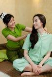 Jeune femme attirante obtenant le massage Photos stock