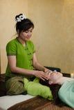 Jeune femme attirante obtenant le massage Photo stock
