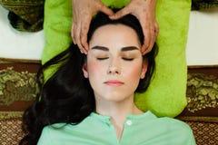 Jeune femme attirante obtenant le massage Photographie stock