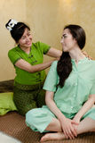Jeune femme attirante obtenant le massage Photographie stock libre de droits