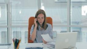 Jeune femme attirante occupée d'affaires travaillant dans le bureau moderne Timelapse banque de vidéos