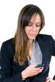 Jeune femme attirante, portable tapant de l'ARO photos stock