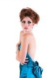 Jeune femme attirante portant une robe bleue de satin. Photo libre de droits
