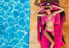 Jeune femme attirante prenant un bain de soleil sur le salon de cabriolet photos libres de droits