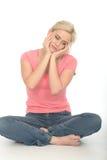 Jeune femme attirante réfléchie malheureuse triste s'asseyant sur le plancher Photographie stock